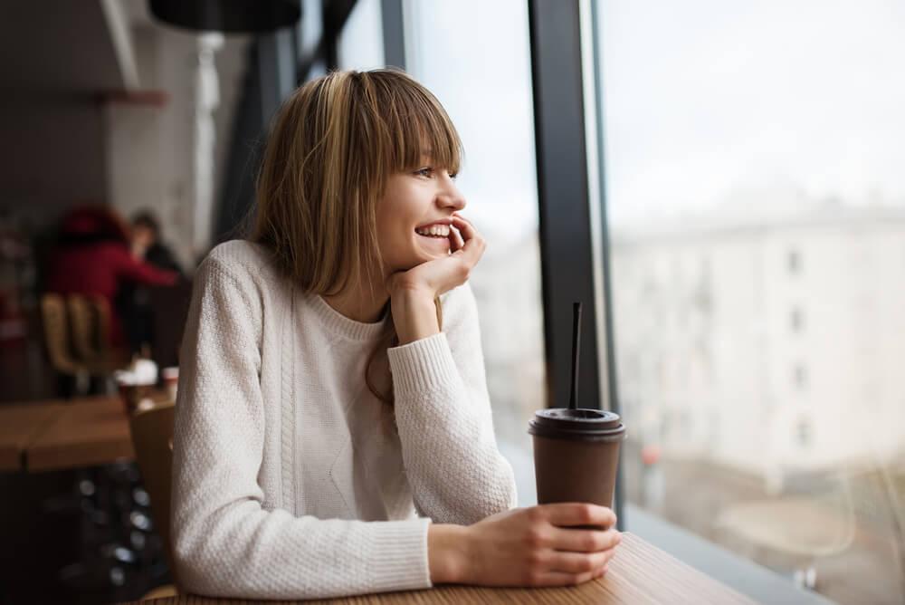 mujer en soledad feliz