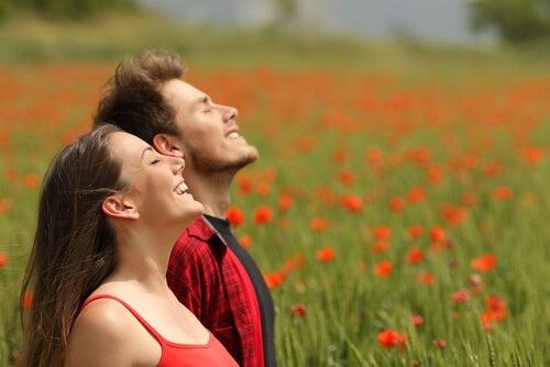 Mujer y hombre respirando al aire libre