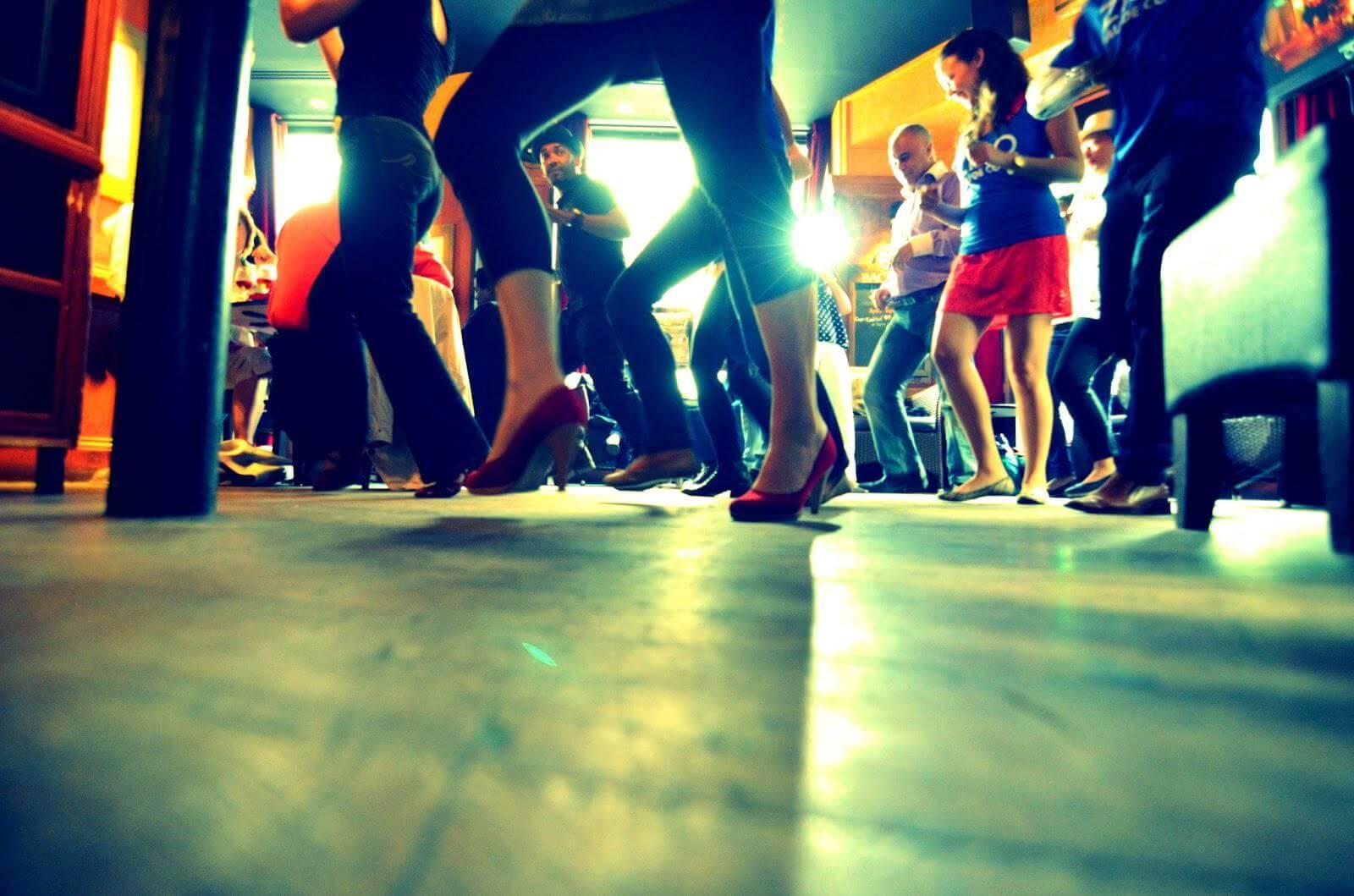 ¿Qué pasa en nuestro cerebro cuando bailamos o escuchamos música?