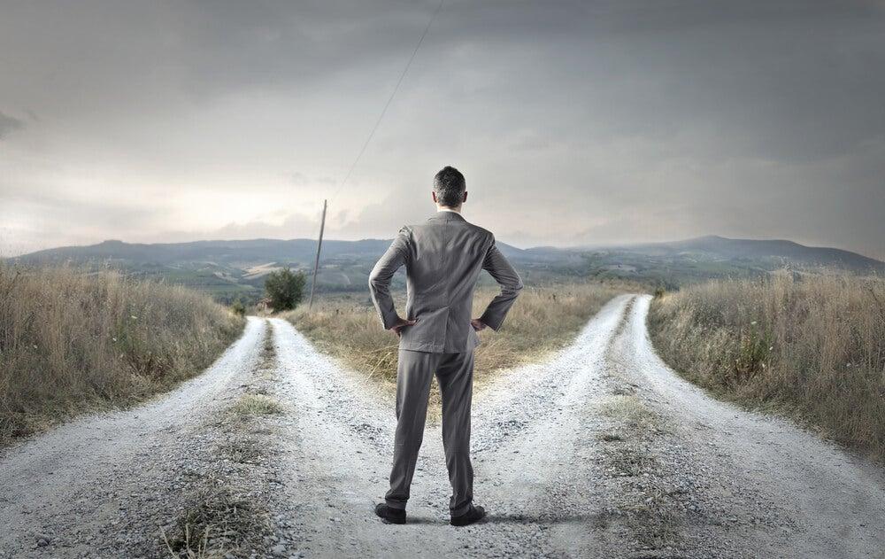 Hombre eligiendo un camino sin necesidad de aprobación
