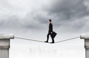 Hombre andando por una cuerda conconfianza