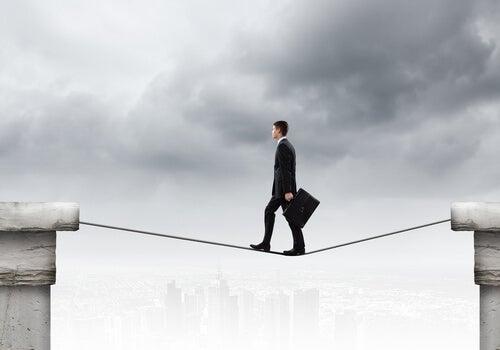 Hombre andando por una cuerda conconfianza simbolizando las actitudes que no parecen miedo