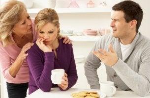 Hombre enfadado con su suegra