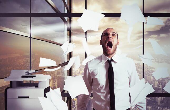 Hombre estresado y simbolizando lo qué ocurre en nuestro cerebro cuando sufrimos estrés