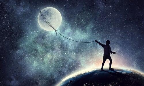Hombre tirando de la luna con confianza