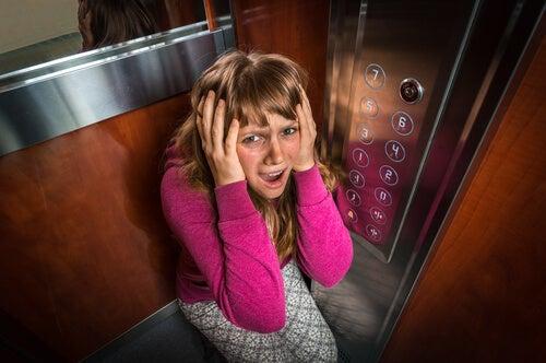 Mujer con claustrofobia
