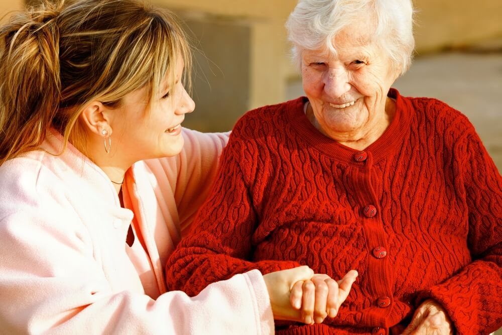 Mujer cuidando a su abuela