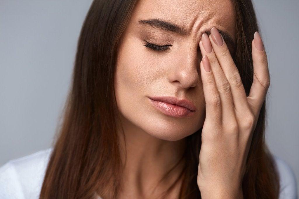 Mujer estresada simbolizando lo qué ocurre en nuestro cerebro cuando sufrimos estrés