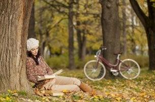 Mujer leyendo un libro de autoayuda