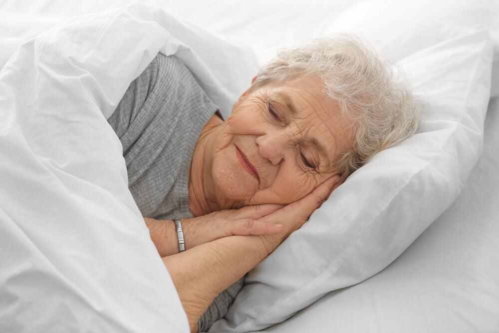Mujer mayor durmiendo