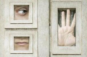 Persona en mirando por una ventana para representar la ventana de Overton