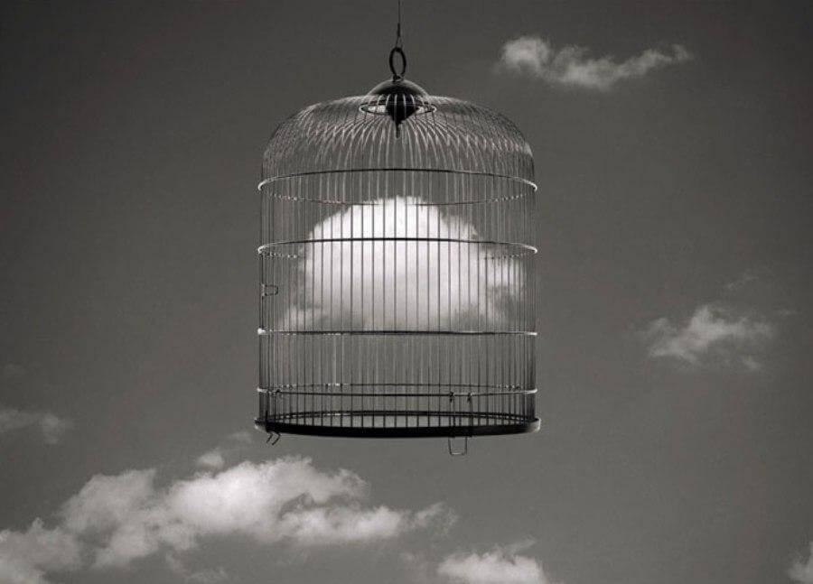 Jaula con una nube encerrada
