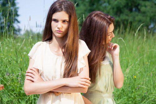 Amigas enfadadas con relaciones tóxicas