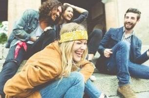 Amigos riéndose representando a la generación copo de nieve