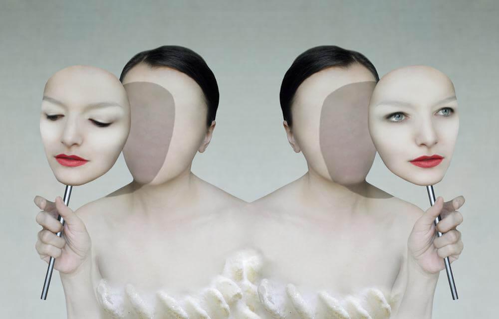 Dos mujeres con máscaras