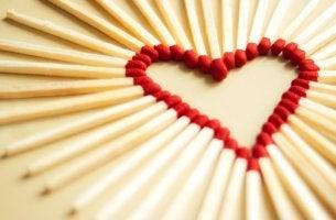 Corazón de cerillas represntando tipos de amor