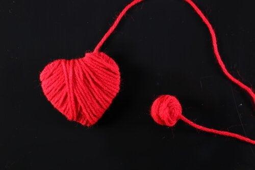 Corazón hecho con hijo rojo