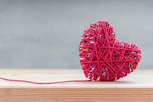Corazón hecho de hilo rojo