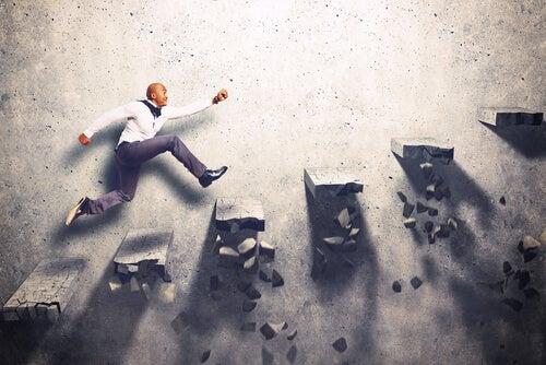Hombre subiendo unas escaleras con competitividad
