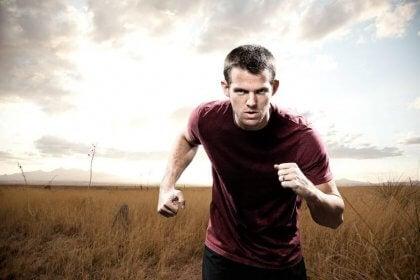 Hombre corriendo con fuerza de voluntad