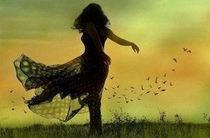 Mujer bailando pensando en que un final es un comienzo