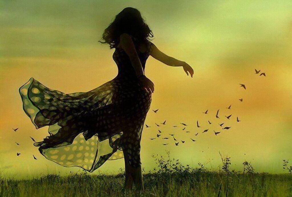 Mujer bailando rodeada de recuerdos