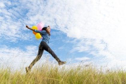 Mujer saltando y liberando endorfinas