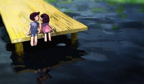 Pareja besándose en el río