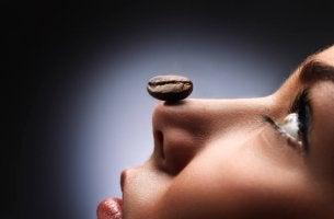 Mujer que representa a los adictos al café