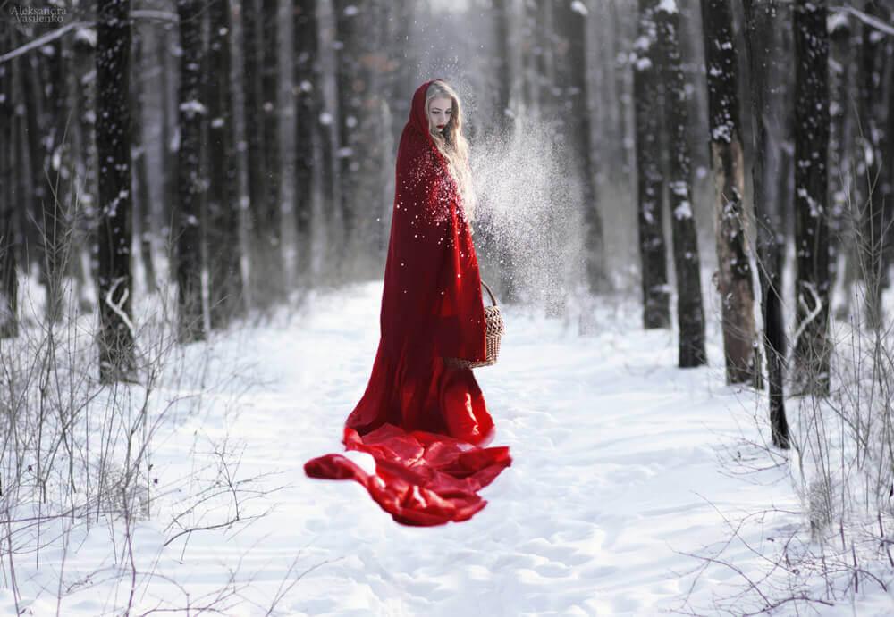 Caperucita roja viendo su capa