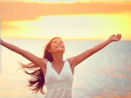 Chica que levanta los brazos con alegría