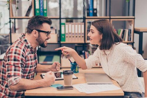 Compañeros de trabajo discutiendo sin resolver un conflicto