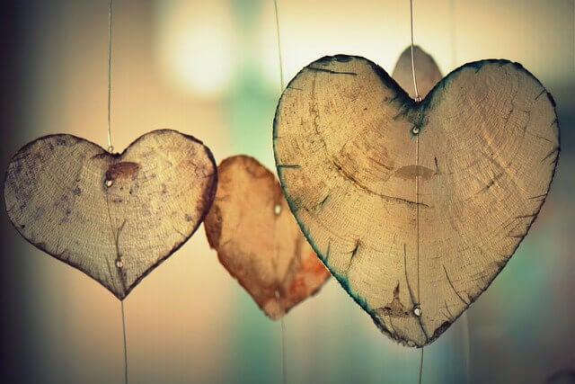 Corazones de madera representando películas románticas
