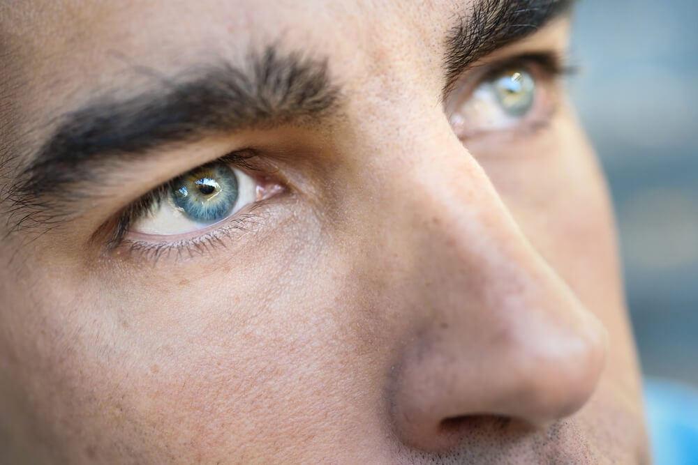 Hombre con color de ojos azules