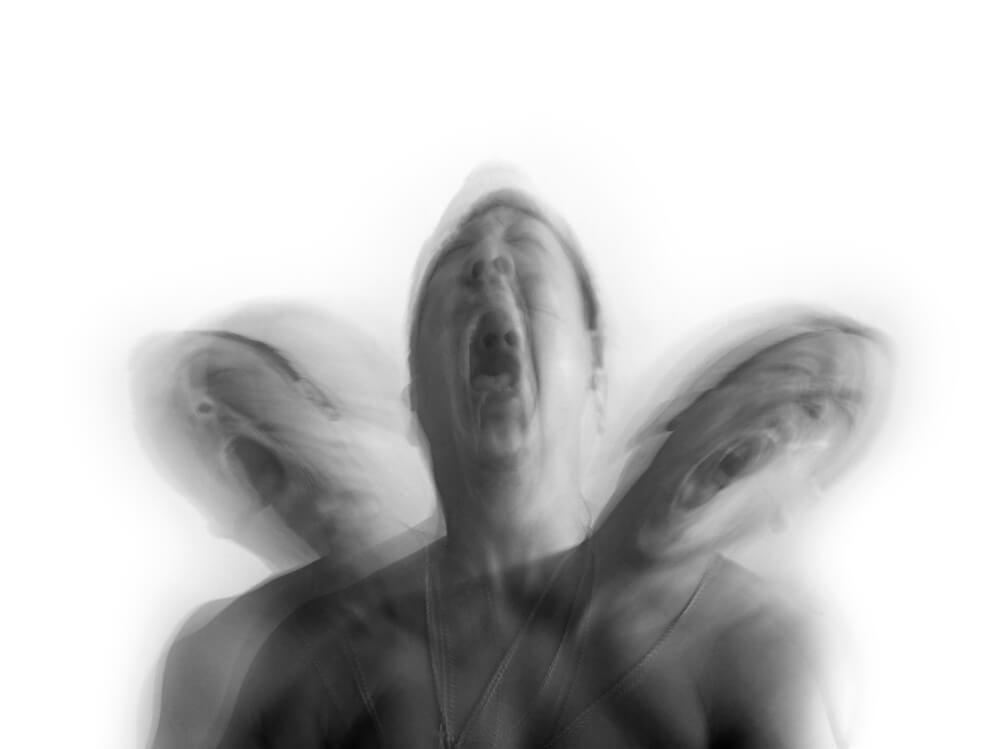Hombre gritando con un síndrome psicológico extraño