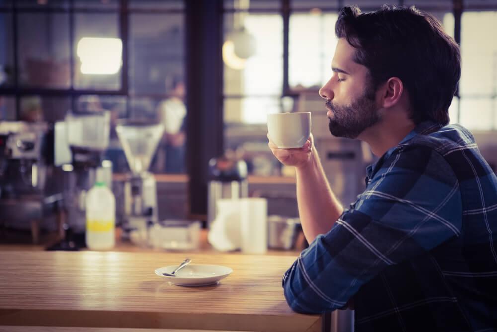 Hombre degustando una taza de café