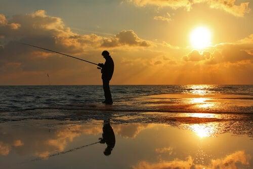 Hombre pescando con paciencia