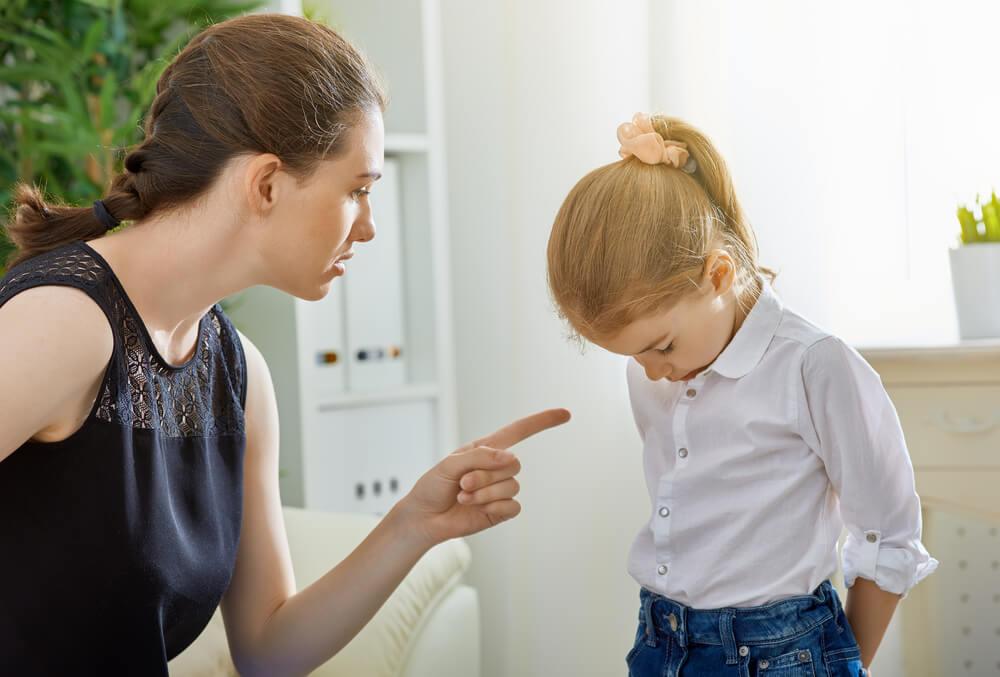 Madre riñéndo a una niña simbolizando a las hijas de madres narcisistas