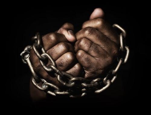 Manos encadenadas simbolizando esclavitud