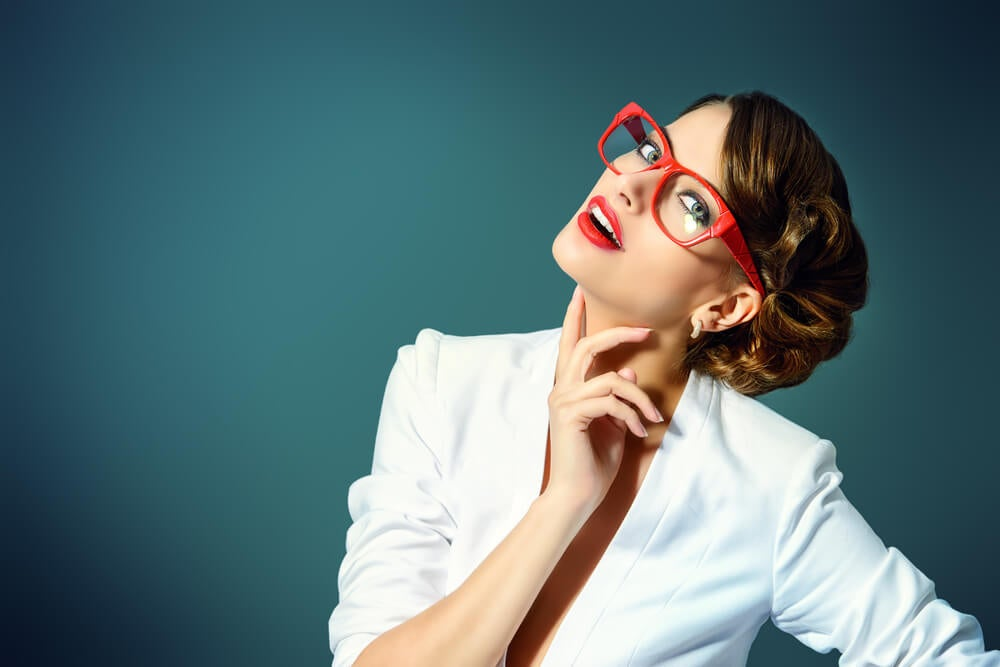 Mujer con gafas y color de ojos claros