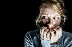 Mujer asustada con síndromes psicológicos