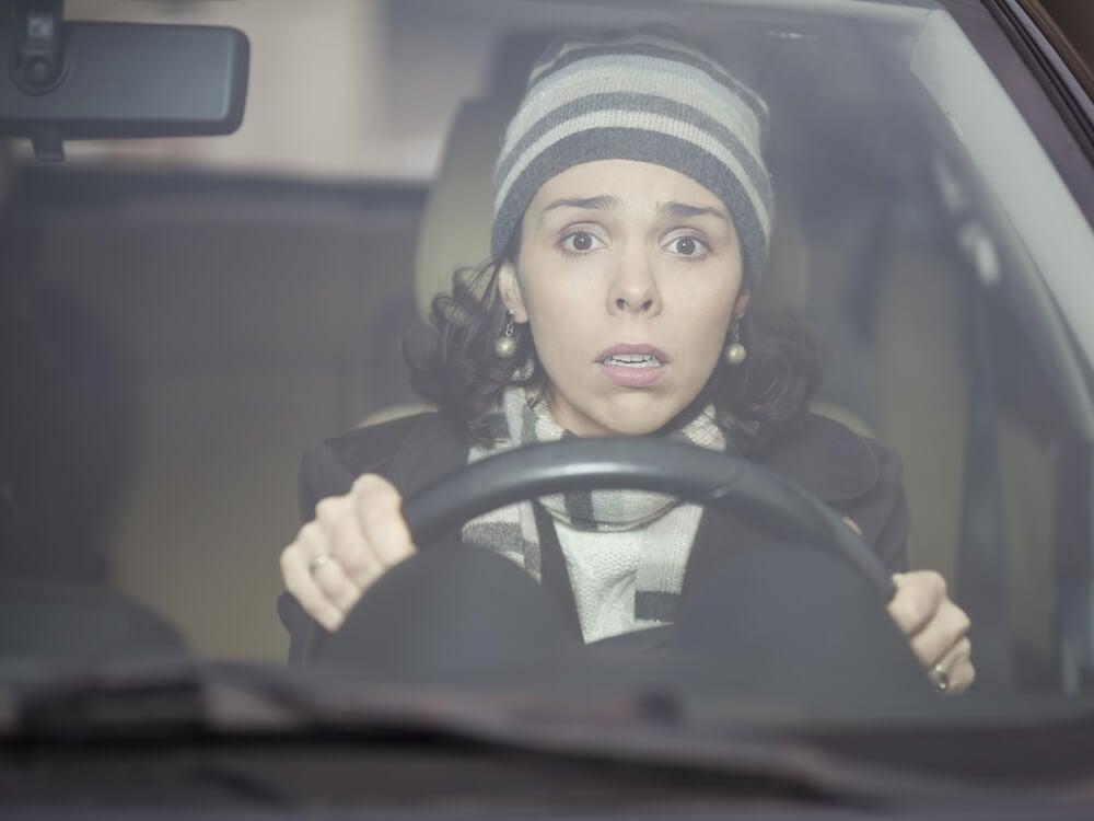 Mujer conduciendo con miedo