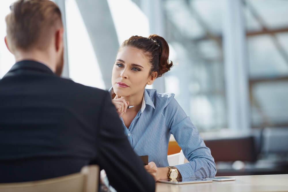 Mujer escuchando manifestando inteligencia interpersonal