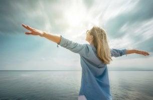 Mujer feliz y relajada por haber alcanzando sus sueños