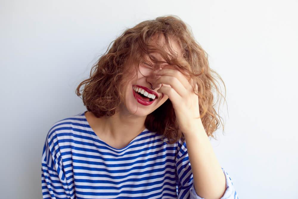 Mujer riéndose