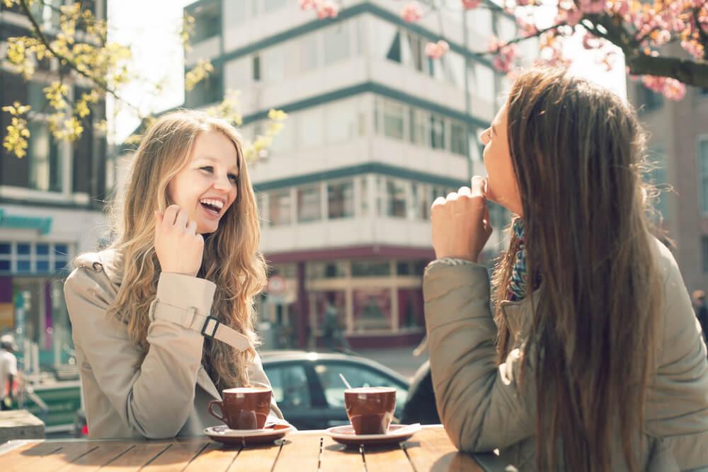 Mujeres hablando mientras se toman un café