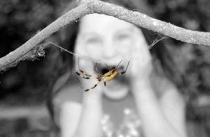 Niña con fobia a una araña por un síndrome psicológico