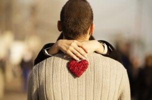 Chico y chica abrazados tras buscar pareja y encontrarla