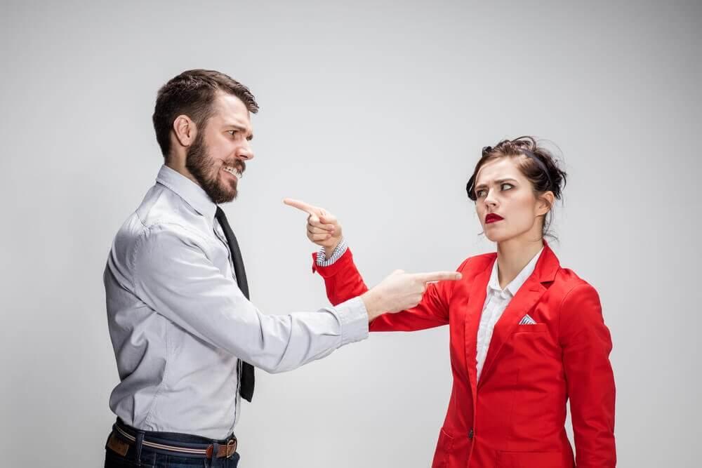 PAreja discutiendo para resolver un conflicto