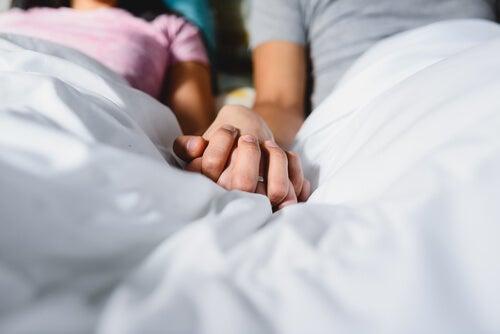 Amantes de la mano